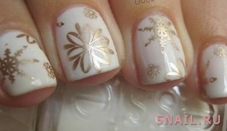 золотой рисунок на белых ногтях