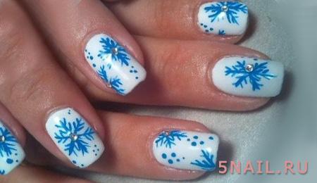 белые ногти с голубыми снежинками