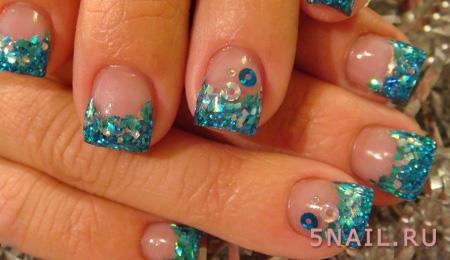 голубые блестки на ногтях