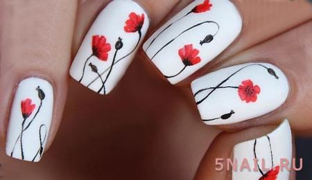 красные маки на белых ногтях