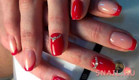 красные ногти с камнями