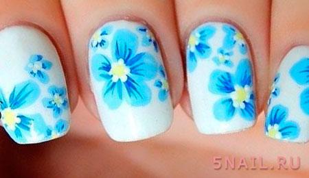 голубые цветы на белом лаке