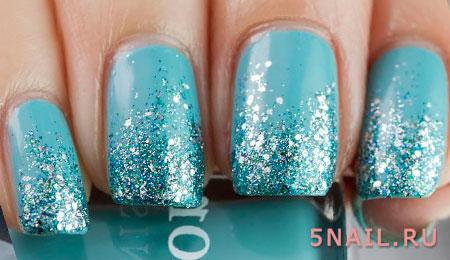 голубой блеск на ногтях