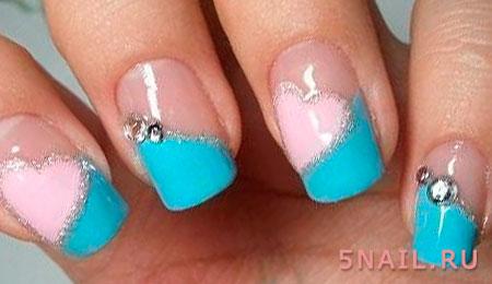 розовые сердца на голубых ногтях