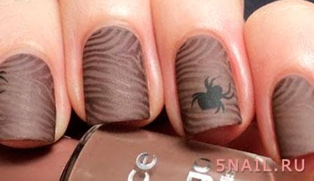 паучок на коричневых ногтях