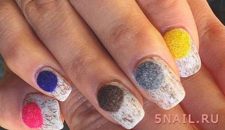 Разноцветные бархатные шарики на ногтях выглядят очень мило