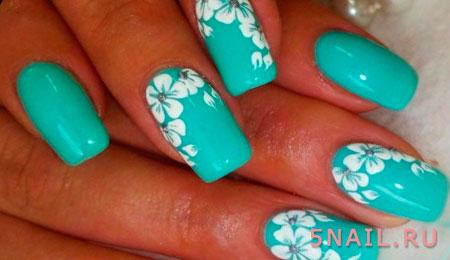 белые цветы на цветных ногтях