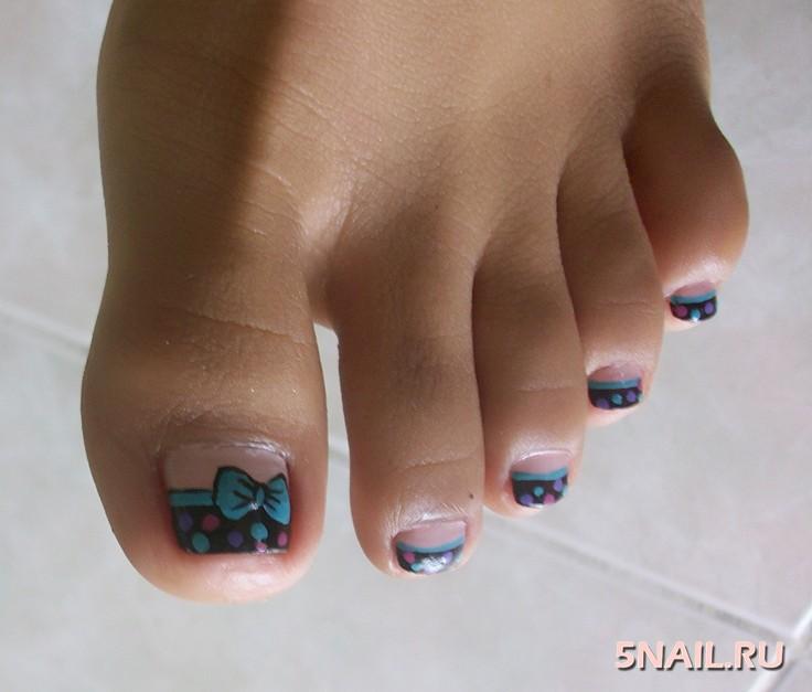 Дизайн ногтей на ногах с бантиком