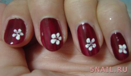 красные ноготки с цветами