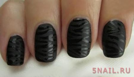 угольный лак на коротких ногтях