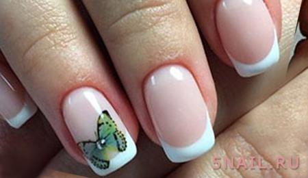 молочные ногти с бабочкой
