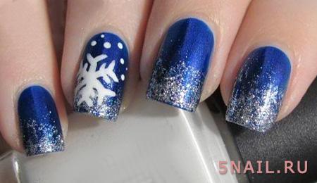 покрытие синим лаком с блестками на кончиках ногтей