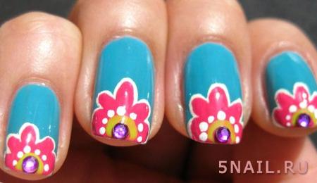 голубые ноготки с цветами