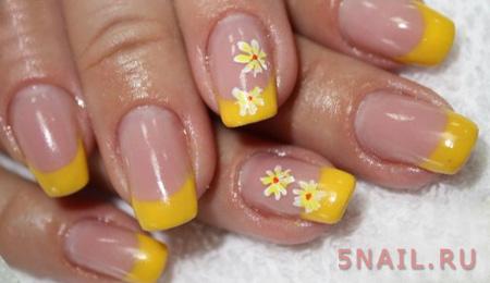 желтая улыбка на ногтях