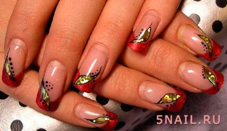 золотые украшения на ногтях