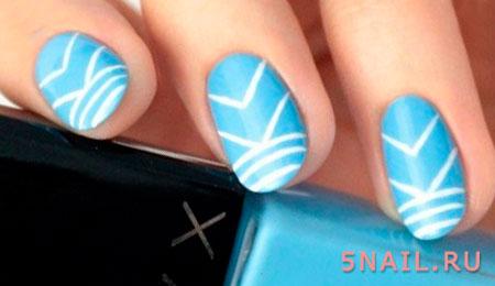Голубые ногти с полосами, напоминающие летящих с моря чаек. Отличное решение для пляжного варианта