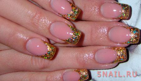 блестки золота на ногтях
