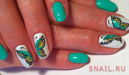 Фрагменты бабочки, нанесенные по отдельным ногтям создают художественный нейл шедевр