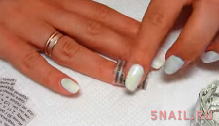 бумажный принт на ногтях