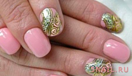розовый маникюр с золотым декором