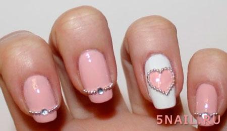 розовые ногти с сердцем и бусинками