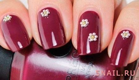 бордовый маникюр с цветочками